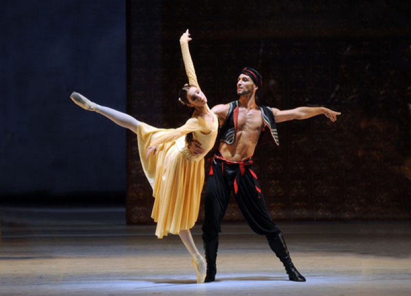 "Daria Sukhorukova and Cyril Pierre in ""Raymonda"". Foto Charles Tandy"