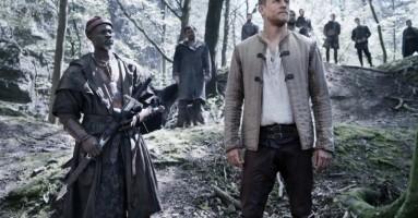 """(CINEMA) - """"King Arthur - Il potere della spada"""" di Guy Ritchie. Re Artù tra Amleto, la banda della Magliana e Pecos Bill"""