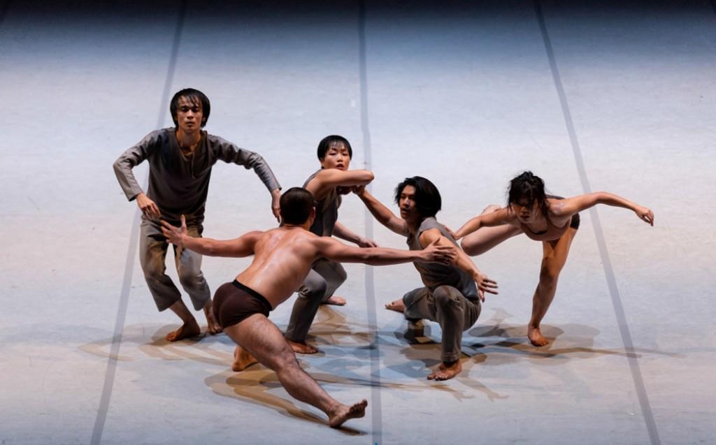 """T.H.E. Dance Company in """"Invisible habitudes"""", coreografia Kuik Swee Boon. Foto Giulia Di Vitantonio"""