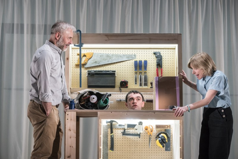 "Mark Bonnar, Brian Vernel, Jane Horrocks in ""Instructions for Correct Assembly""::regia Hamish Pirie. Foto Johan Persson"