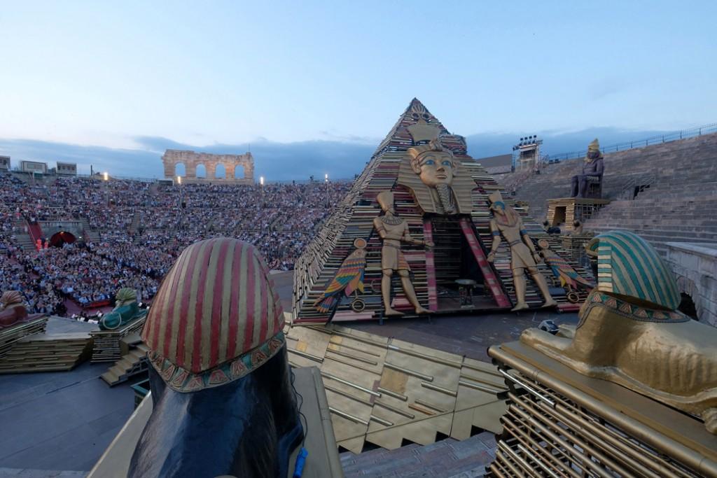 carbone incontri piramidi quello che si chiama un uomo più anziano che esce con un uomo più giovane